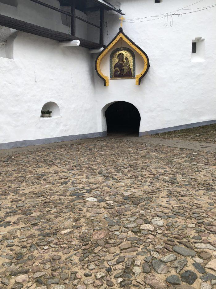 монастырь в печорах вход