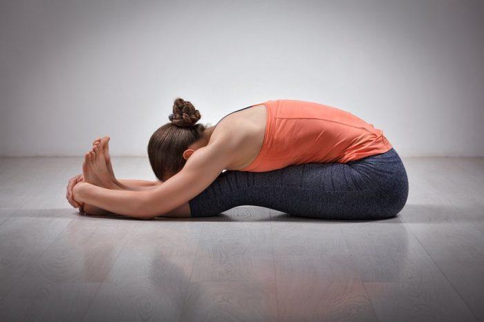 Утката пашчимоттанасана или складываение тела пополам в йоге