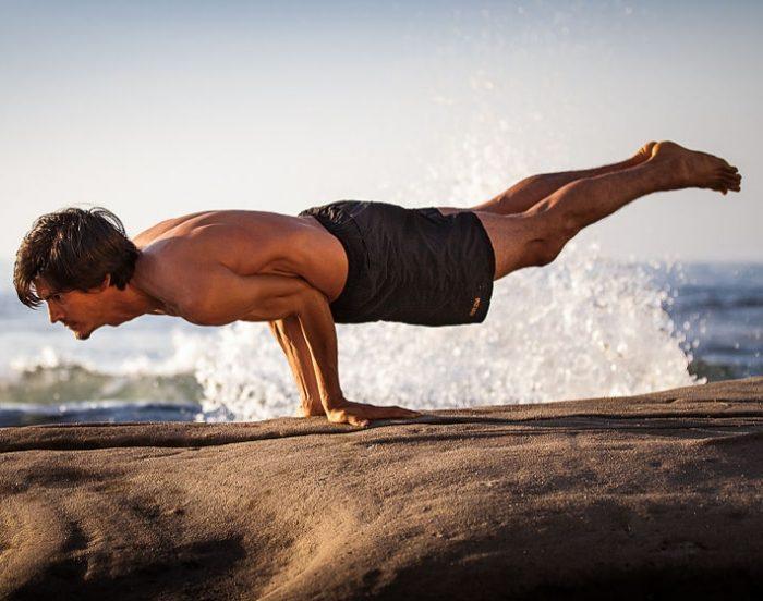 маюрасана поза павлина в йоге