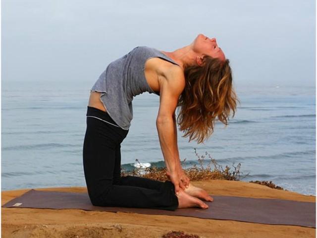 поза верблюда в йоге