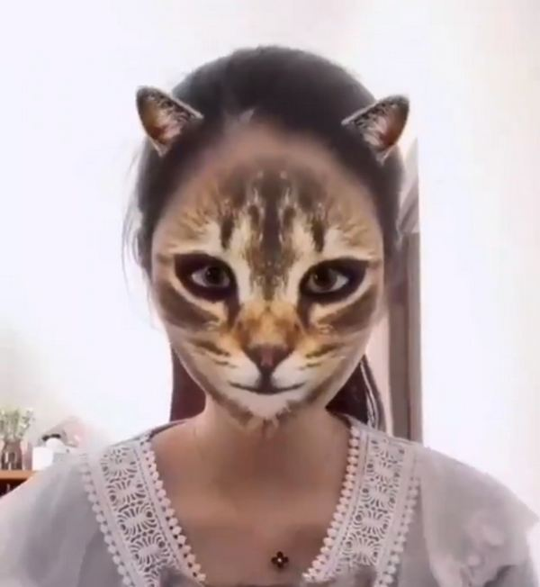 Маска превращает в кошку