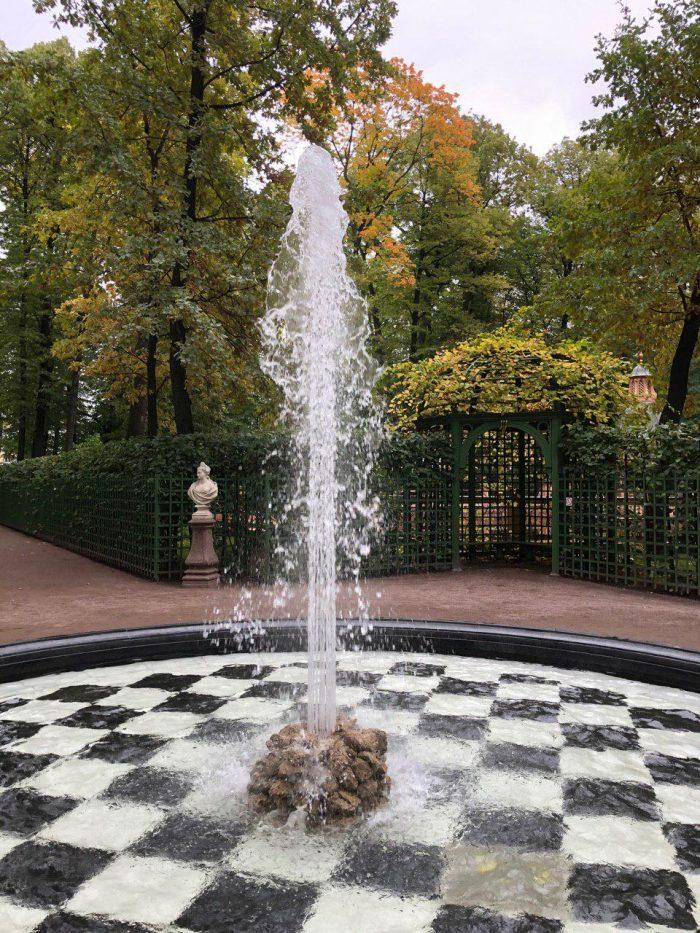 фонтаны в летнем саду