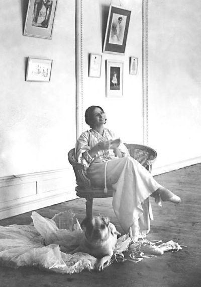 Анна Павлова в репетиционном зале своей квартиры на Офицерской улице. 1906 г.
