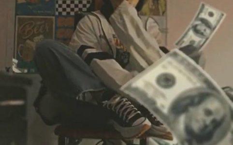 Двигающийся 3D-эффект в виде денег и молнии на фото