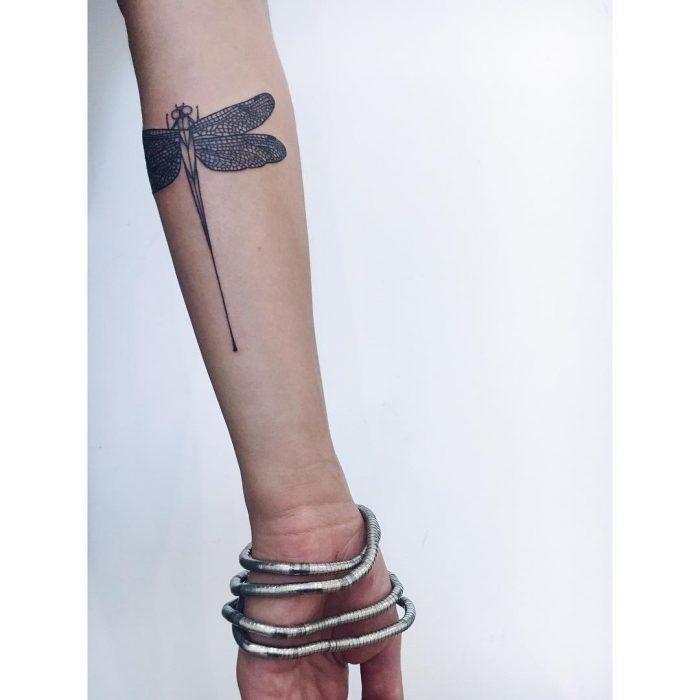 женская татуировка стрекоза