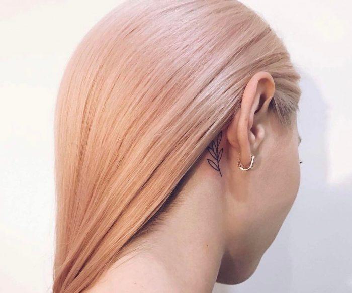 женские татуировки за ухом